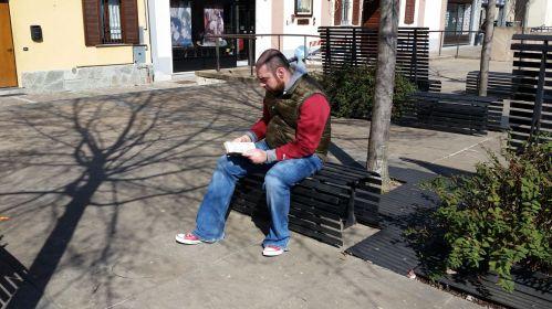 Ritratto di autore su panchina