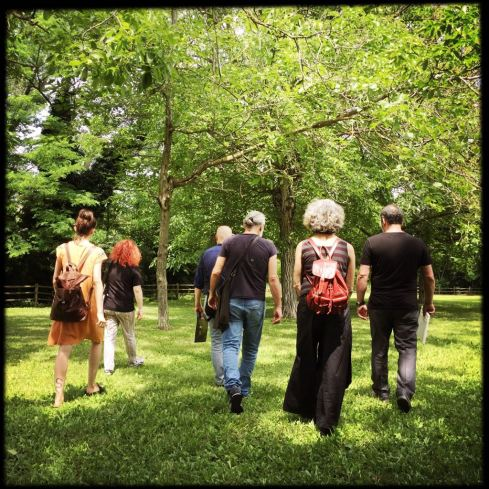 Partecipanti impegnati in una passeggiata nel verde