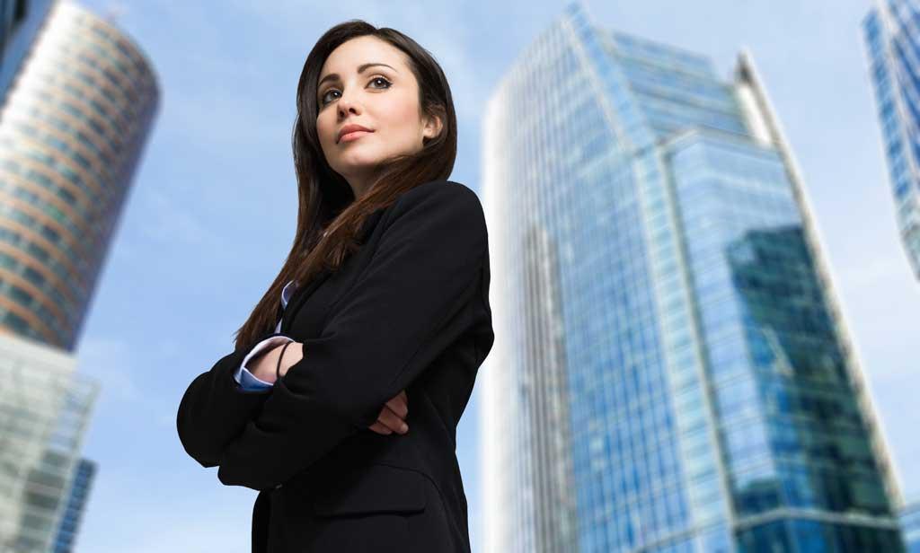 Una donna imprenditrice sicura di sé